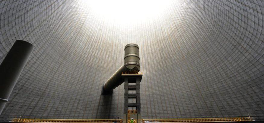 Bei diesem Kraftwerk befindet sich der Auslass für die Verbrennungsgasse innerhalb des Kühlturms. Die unterschiedlichen Durchmesser von Auslass und Kühlturm lassen grob das Verhältnis von Verbrennungsgas und Wasserdampf erahnen.